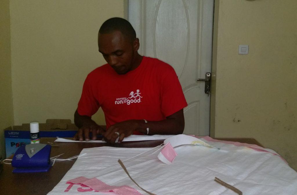 Ahmed Ali Salim fabrique ses sacs biodégradables à Mutsamudu, à Anjouan.