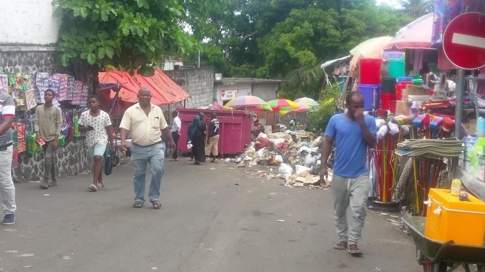 Trois jours après la décision du préfet de réduire les horaires d'ouverture des marchés de Morini, aucune opération de nettoyage et de désinfection n'avait encore eu lieu.